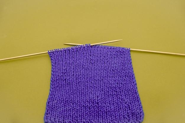 編み針カラーコントラストと紫色のニットスカーフ