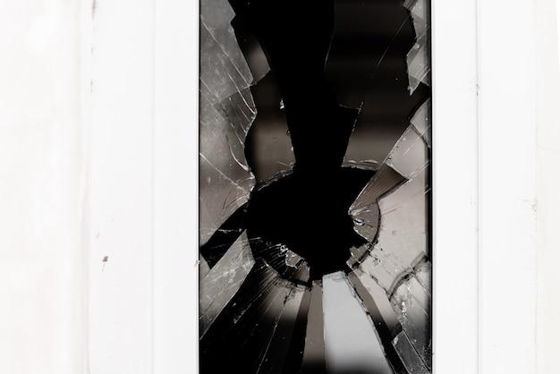 破損したガラスウィンドウ