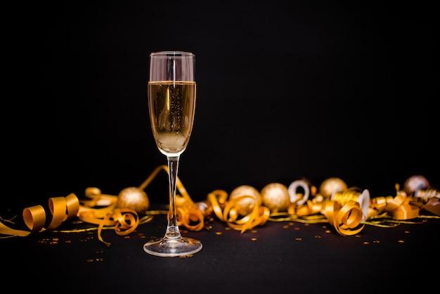 黒のシャンパンのグラス