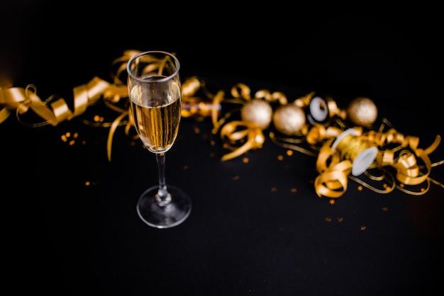 Стакан шампанского на черном