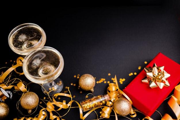 Красная подарочная коробка для женщин с золотым бантом на черном