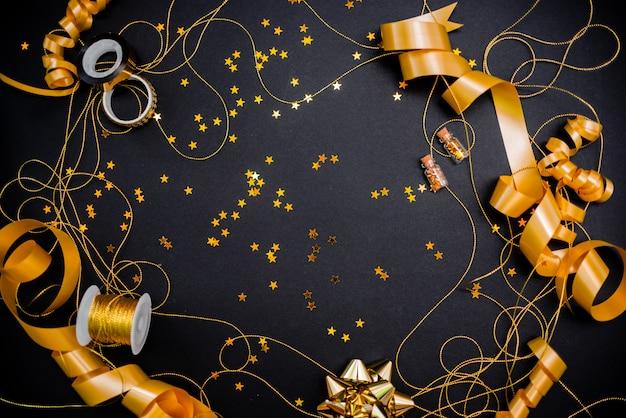 Подарочная коробка с золотым бантом на черном фоне