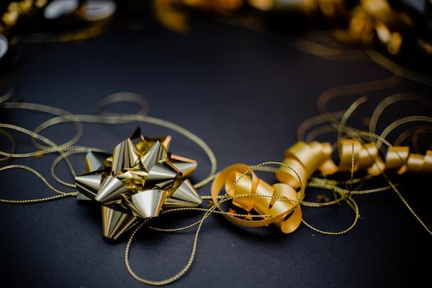 Подарочная коробка с золотым бантом