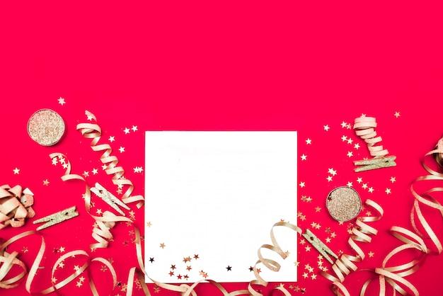 Новый год и рождество фон. праздники и концепция продаж. конфетти, подарки и банты, вид сверху по горизонтали