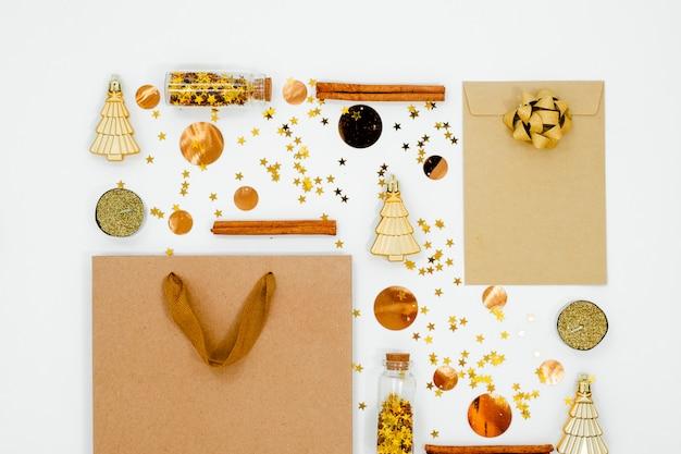Рождественская композиция. рождественские украшения, конфетти и сосновые шишки. плоская планировка, вид сверху, копия пространства