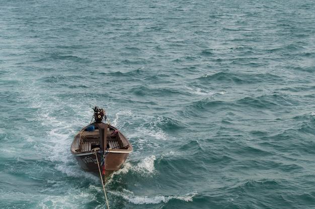 海に浮かぶ長い尾のボート、夏のタイ、青い海と空