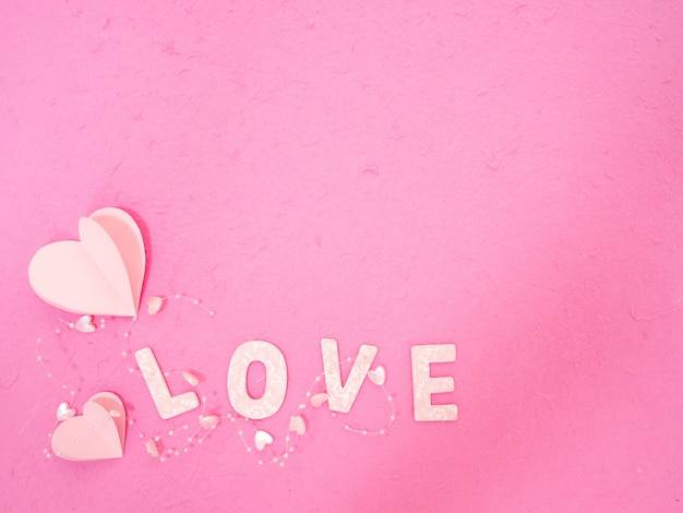 ピンクの紙の心愛のメッセージ