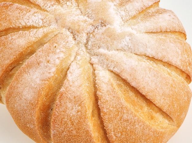 白い背景にフランスのボールバスケットで小麦粉のパンのボール