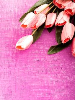 Фиолетовый тюльпан и подарочная коробка на фиолетовом фоне