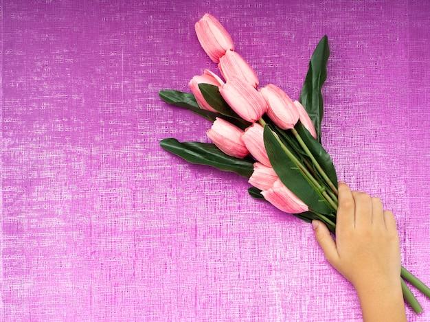 Рука с букетом тюльпанов