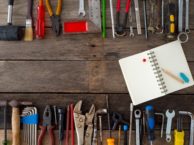 ツールと木製の背景上の機器のセット