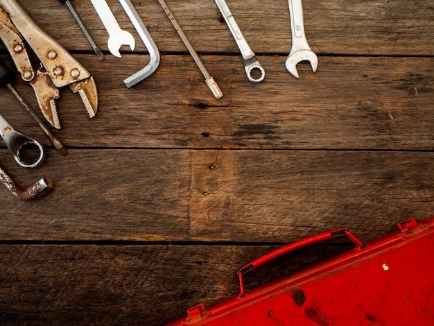 木製のテーブルの上の古いツール