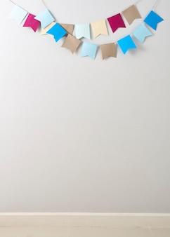 鮮やかな灰色の壁のバックグラウンドでカットされたパステルの房の紙