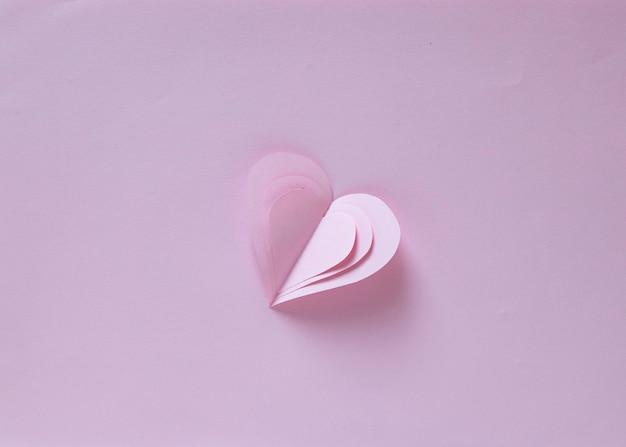 バレンタインの心、ピンクの背景に心の形で愛の紙単一シンボル
