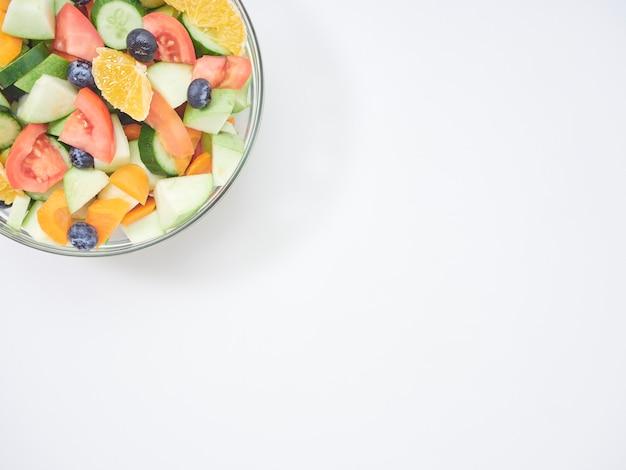 ガラスのボウルにフルーツと野菜のミックスサラダ