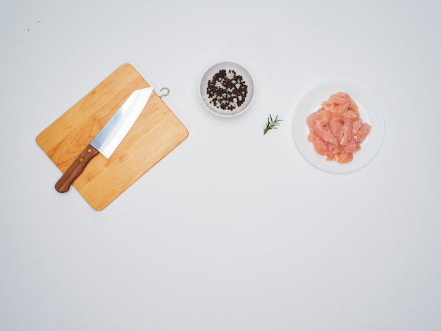 木の板、ナイフで新鮮な鶏ヒレ肉。