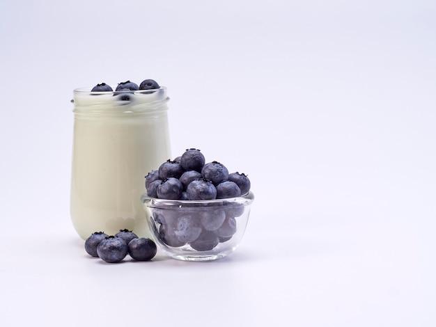 白の新鮮なブルーベリーヨーグルトグラス