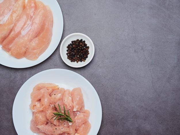 石のテーブルトップに新鮮な鶏ヒレ肉