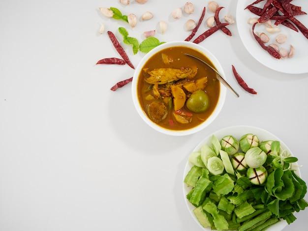 タイの魚の臓器の酸っぱいスープと野菜