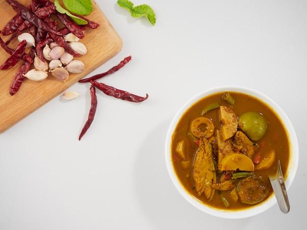 Тайский рыбный орган кислый суп и овощи