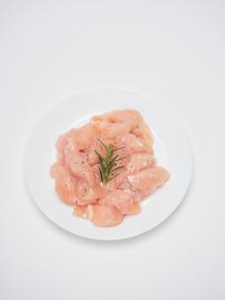 白い皿に新鮮な鶏ヒレ肉