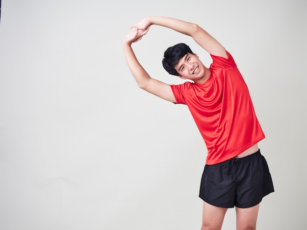 Молодой человек спортивный игрок растяжения и осуществления