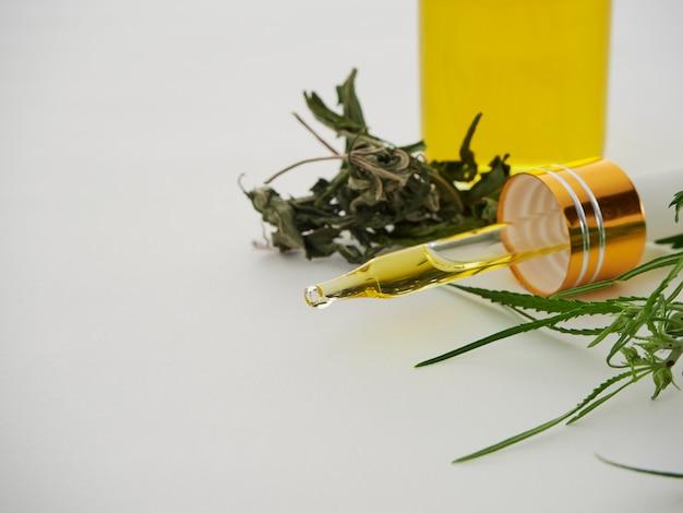 Конопля с экстрактом масла в бутылке