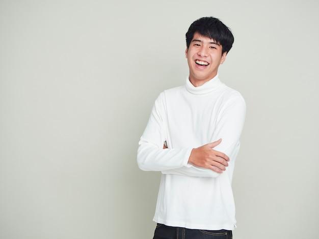 Счастливые молодые люди носят свитера