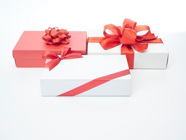 Подарочные коробки с красной лентой