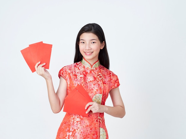 Женщина в платье традиционного китайския держа красный конверт