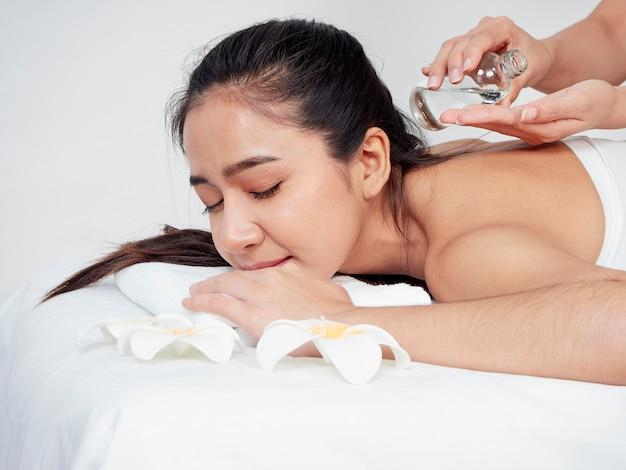 Аксессуары для молодой женщины и спа на массажном столе