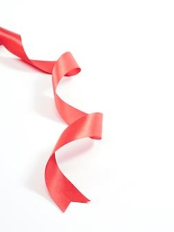 Красная лента изогнутая, изолированные на белом