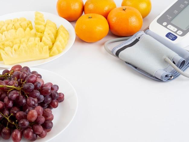 Монитор артериального давления и фрукты
