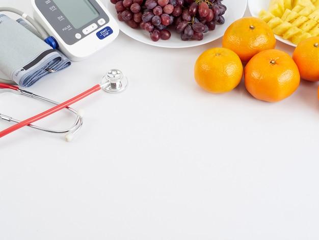 Стетоскоп и автоматический тонометр с фруктами