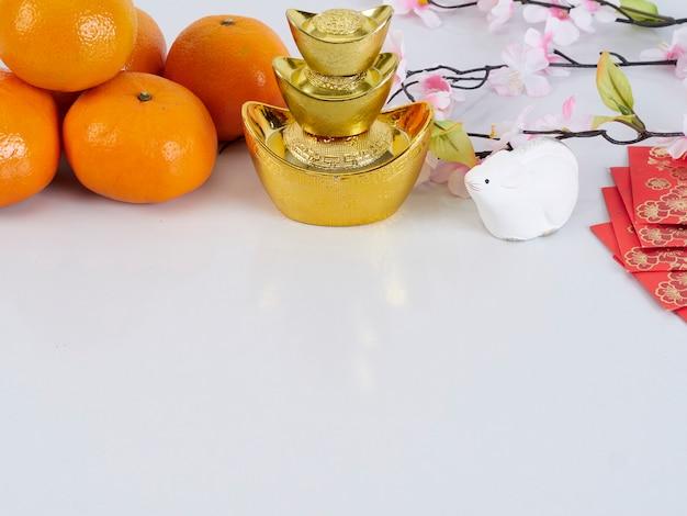 おもちゃのマウスと金色の容器と紙とみかん