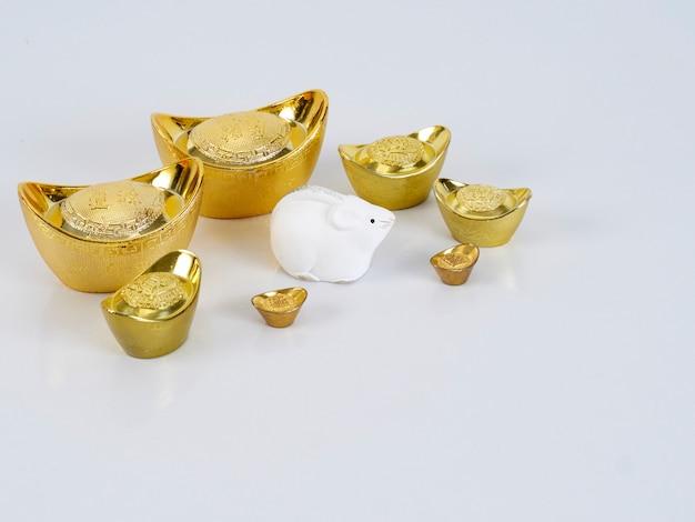 金色の容器とおもちゃのマウス