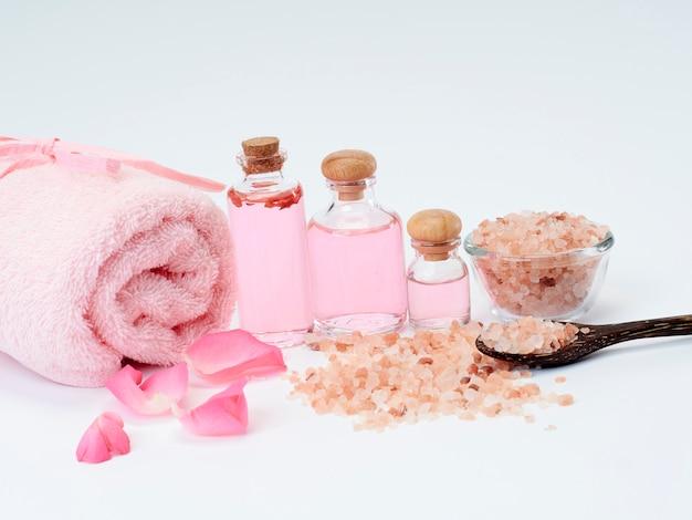 ローズオイルのスパ、ピンクのヒマラヤ塩。