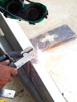 労働者は鉄を溶接します。