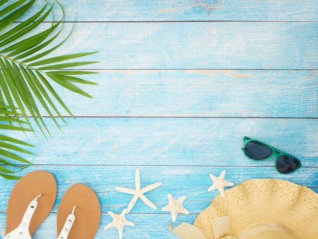 Пляжные аксессуары с пальмовыми листьями.