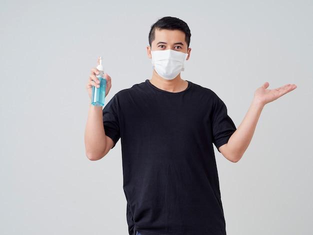手の消毒ゲルを使用して若い男。