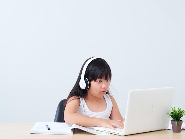 Маленькая девочка делает онлайн класс