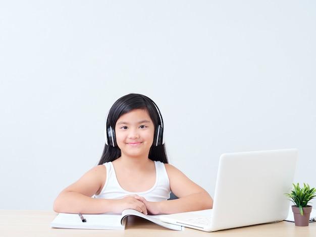オンラインクラスをやっている小さな女の子