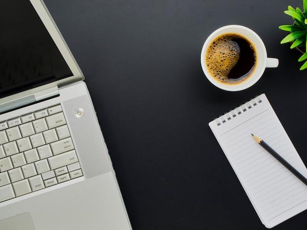 Рабочая область макет с ноутбуком, кофе.