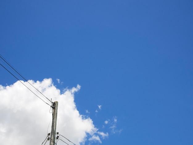 Электрический столб под голубым небом