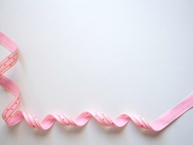 白地にピンクのカーリーリボン
