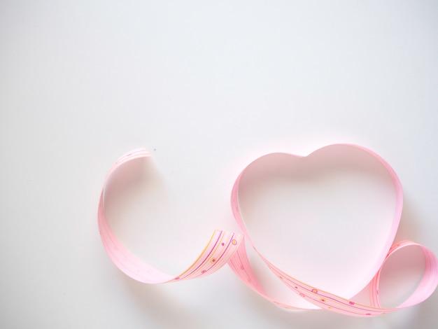 白地にピンクのハートリボン