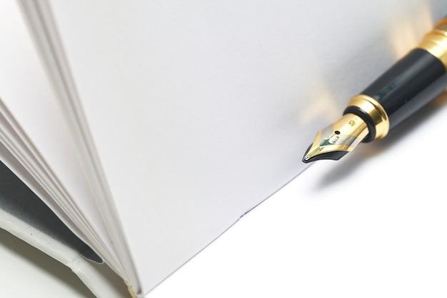 白い紙と万年筆のシート