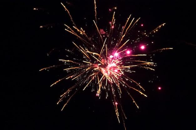 金色とピンクの花火