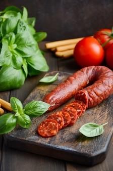チョリソーソーセージ。スペインの伝統的なチョリソーソーセージと新鮮なハーブとトマト。