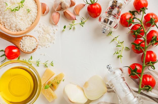 Сырой рис и ингредиенты для приготовления ризотто вид сверху плоская планировка